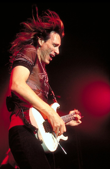 http://awj.free.fr/Photos/Musique/2001/Tx%20recents%20images/Steve-Vai_02.jpg